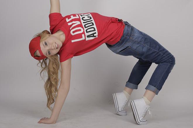 AVよりもある意味エロい!?ノーパンで踊るイケイケな女の子達の動画