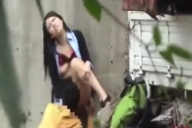 【青姦】黒髪ロングの清楚系ギャルが真昼間野外で本気のセックスを盗撮される