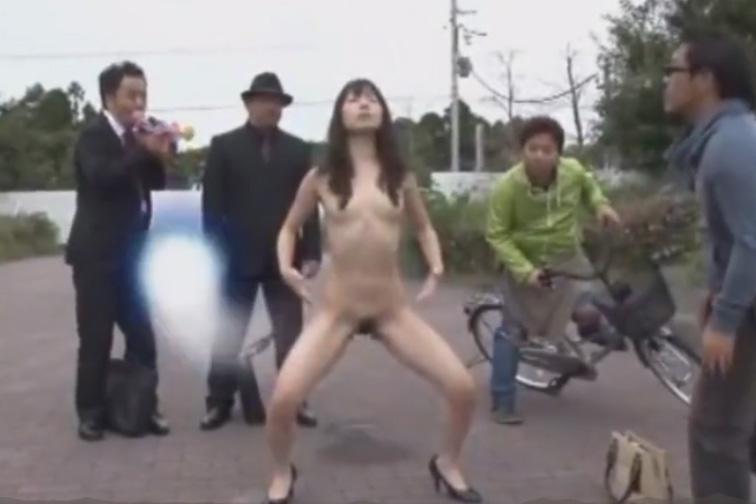 AV女優の加藤梓が野外で催眠術をかけられ真昼間から全裸になり最後は放尿