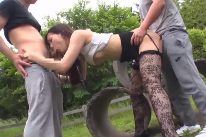 AV女優の美谷朱里が野外でガチハメセックスを敢行して大昇天の3P青姦動画